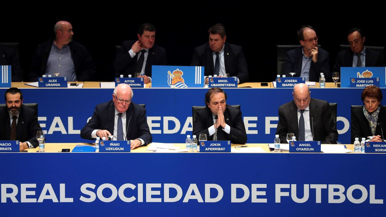 El presidente de la Real Sociedad, Jokin Aperribay (3d), durante una Junta General Ordinaria de Accionistas. (EFE)