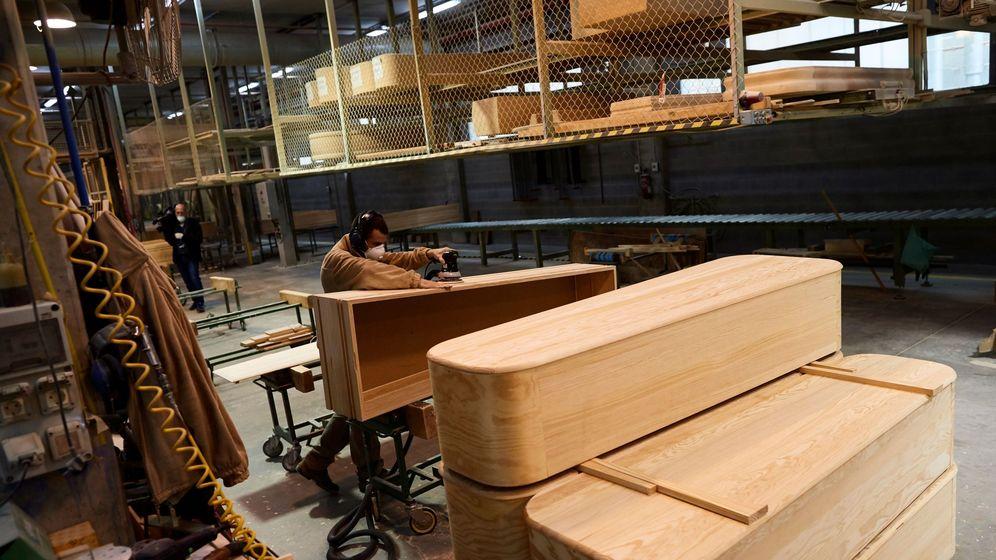 Foto: Las fábricas de ataúdes no dan abasto. (EFE)