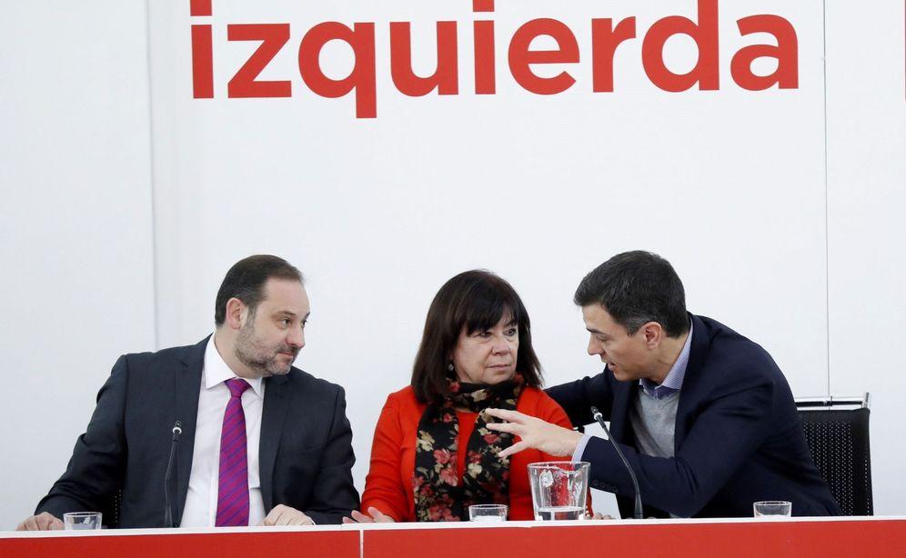 Foto: Pedro Sánchez conversa con Cristina Narbona y José Luis Ábalos durante la ejecutiva de este 12 de febrero. (EFE)