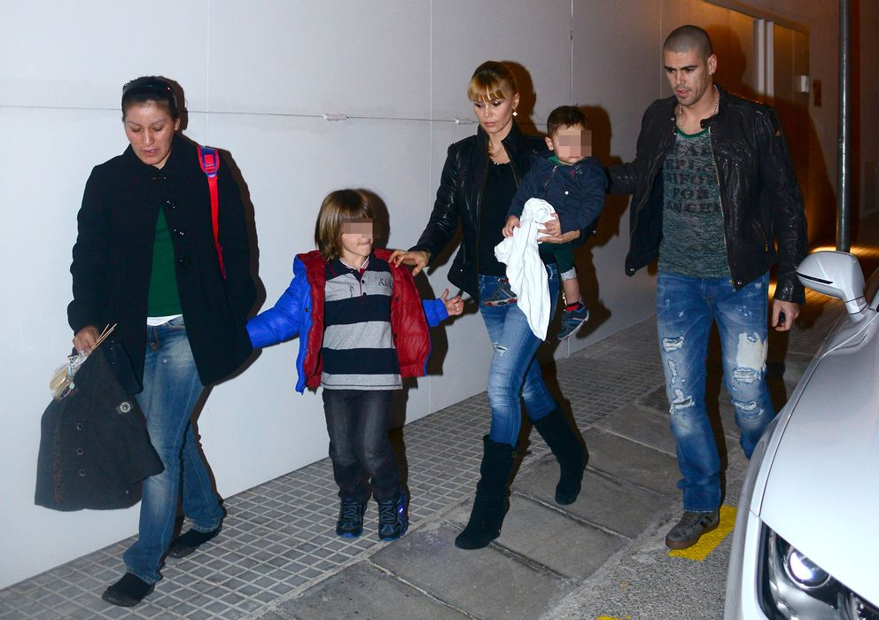 Foto: Víctor Valdés y Yolanda Cardona, con sus hijos Dylan y Kai a principios de este año (Gtres)
