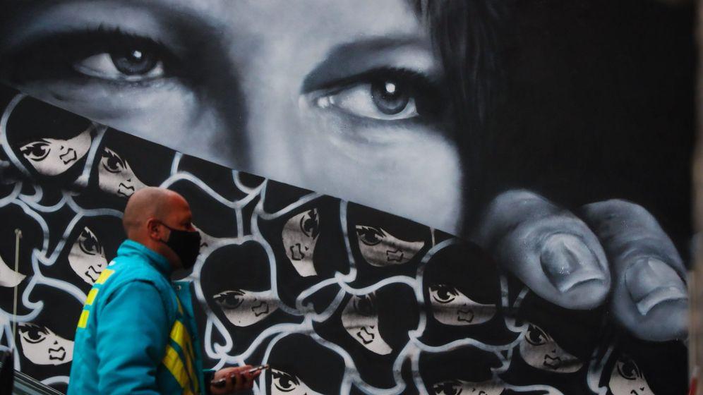 Foto: Un hombre camina frente a un mural este jueves, en Sao Paulo. (EFE)