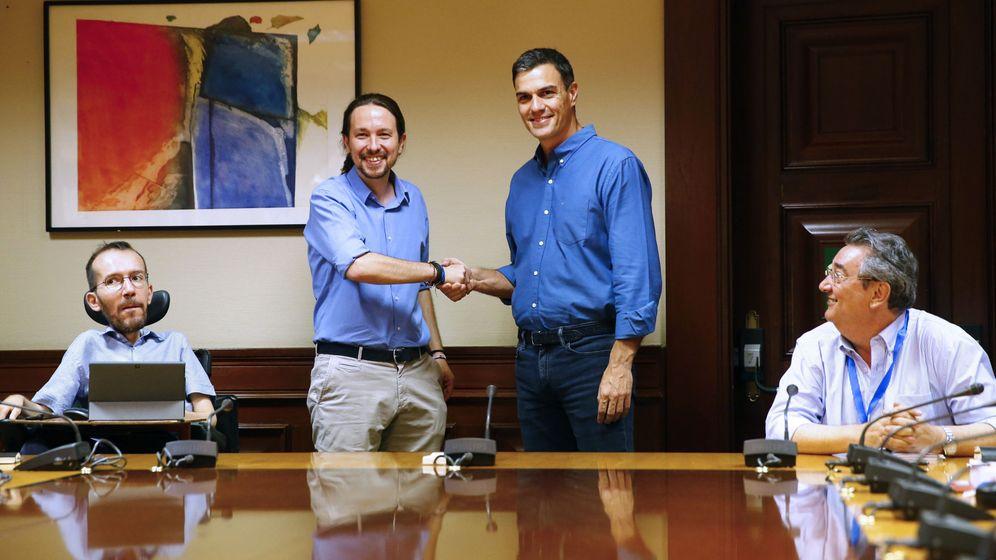 Foto: Los líderes de Podemos, Pablo Iglesias (2i) y del PSOE, Pedro Sánchez (2d), se saludan durante la reunión mantenida con sus equipos en el Congreso el pasado mes de julio. (EFE)