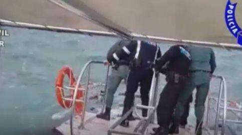 El angustioso rescate de la Guardia Civil a un joven arrastrado por una ola