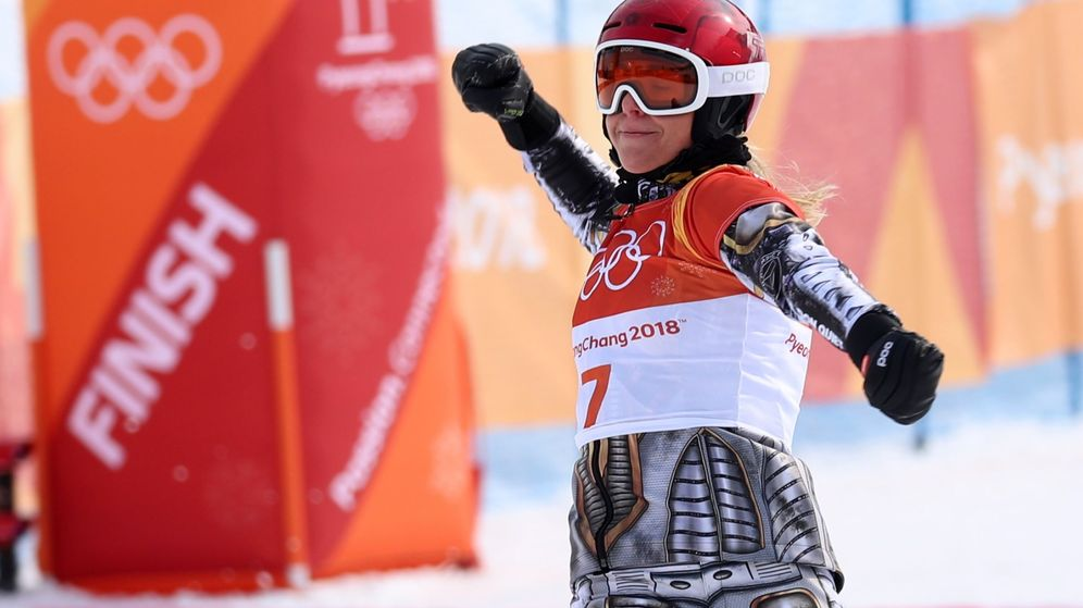 Foto: Ester Ledecka celebra su victoria en el gigante paralelo de snowboard tras cruzar la meta. (Reuters)