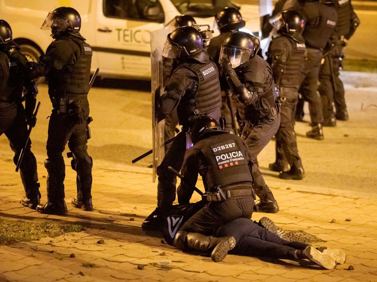 Los Mossos d'Esquadra efectúan una detención durante los disturbios posteriores a la manifestación celebrada este viernes en Girona en protesta por la detención del rapero Pablo Hasél. (EFE)
