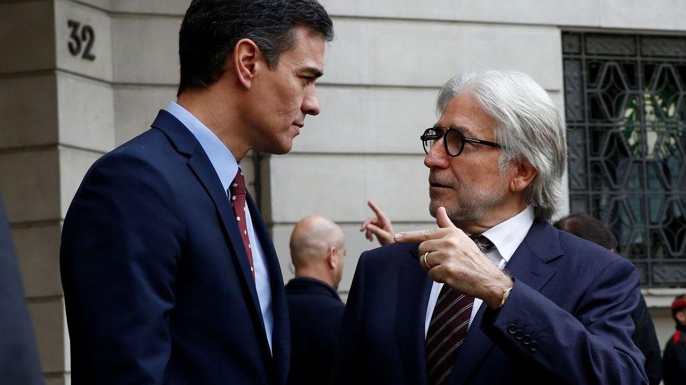 Foto: Pedro Sánchez conversa con el presidente de Foment del Treball, Josep Sánchez Llibre. (EFE)
