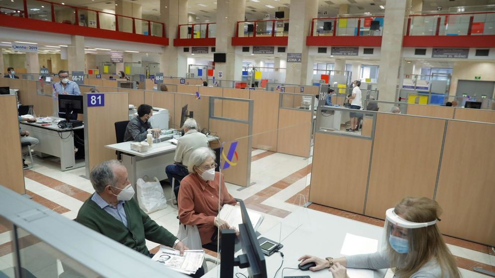 Foto: Varias personas son atendidas presencialmente para confeccionar el borrador de la renta de 2019. (EFE)