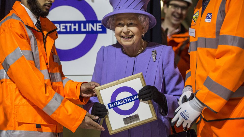 Isabel II, una reina 'mind the gap' en el Metro de Londres