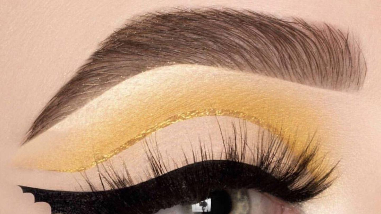 Lleva la sombra hasta el final del eye liner para multiplicar el efecto.