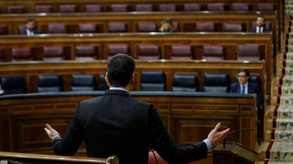 Foto: El presidente del Gobierno, Pedro Sánchez (c), interviene en una sesión de control al Gobierno en el Congreso de los Diputados. (EFE)