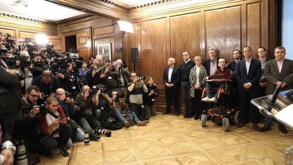 Foto: Los reporteros gráficos toman imágenes de la firma del acuerdo entre Pedro Sánchez y Pablo Iglesias, este lunes en el Congreso. (Inma Mesa | PSOE)