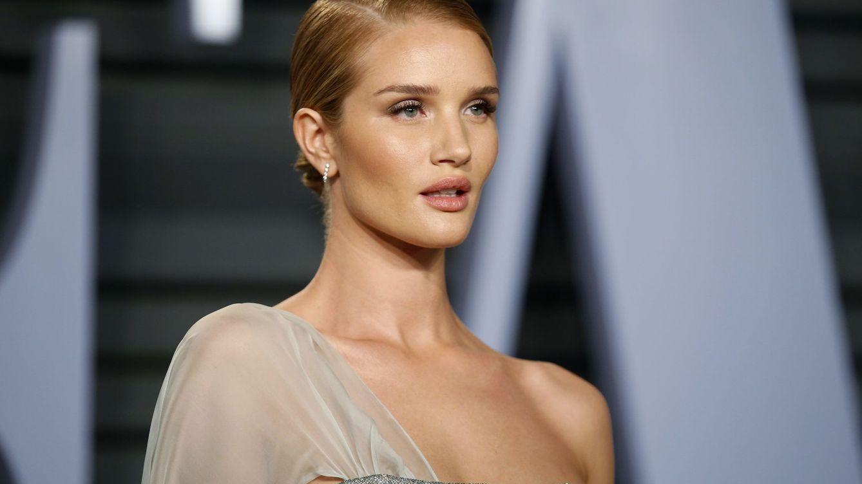 Los tops más sexys de Rosie Huntington son de Zara y tienen sorpresa