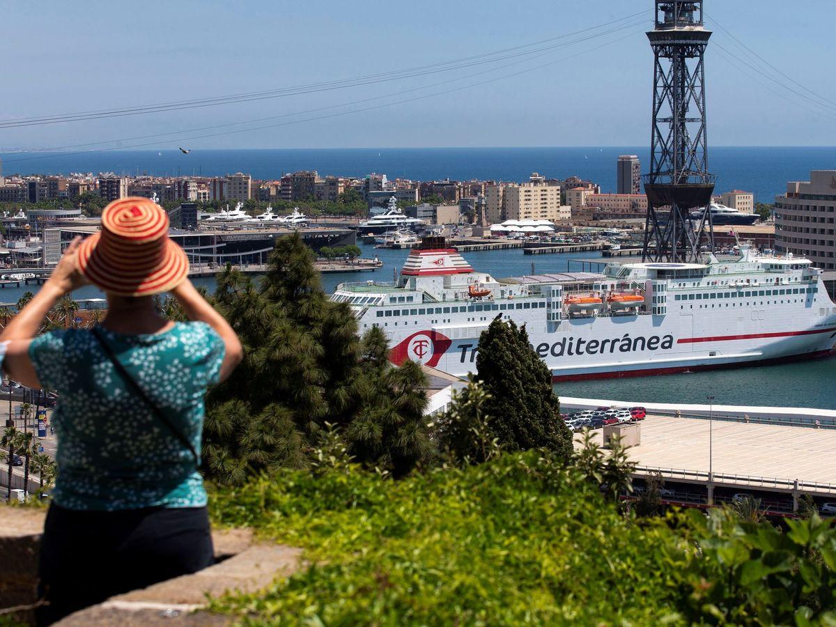 Foto: Una turista en el Puerto de Barcelona. (EFE)