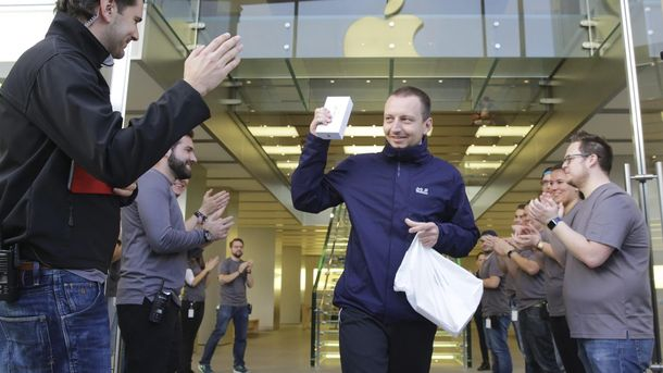 Foto: Primer comprador de iPhone 6S en Hamburgo. (EFE)