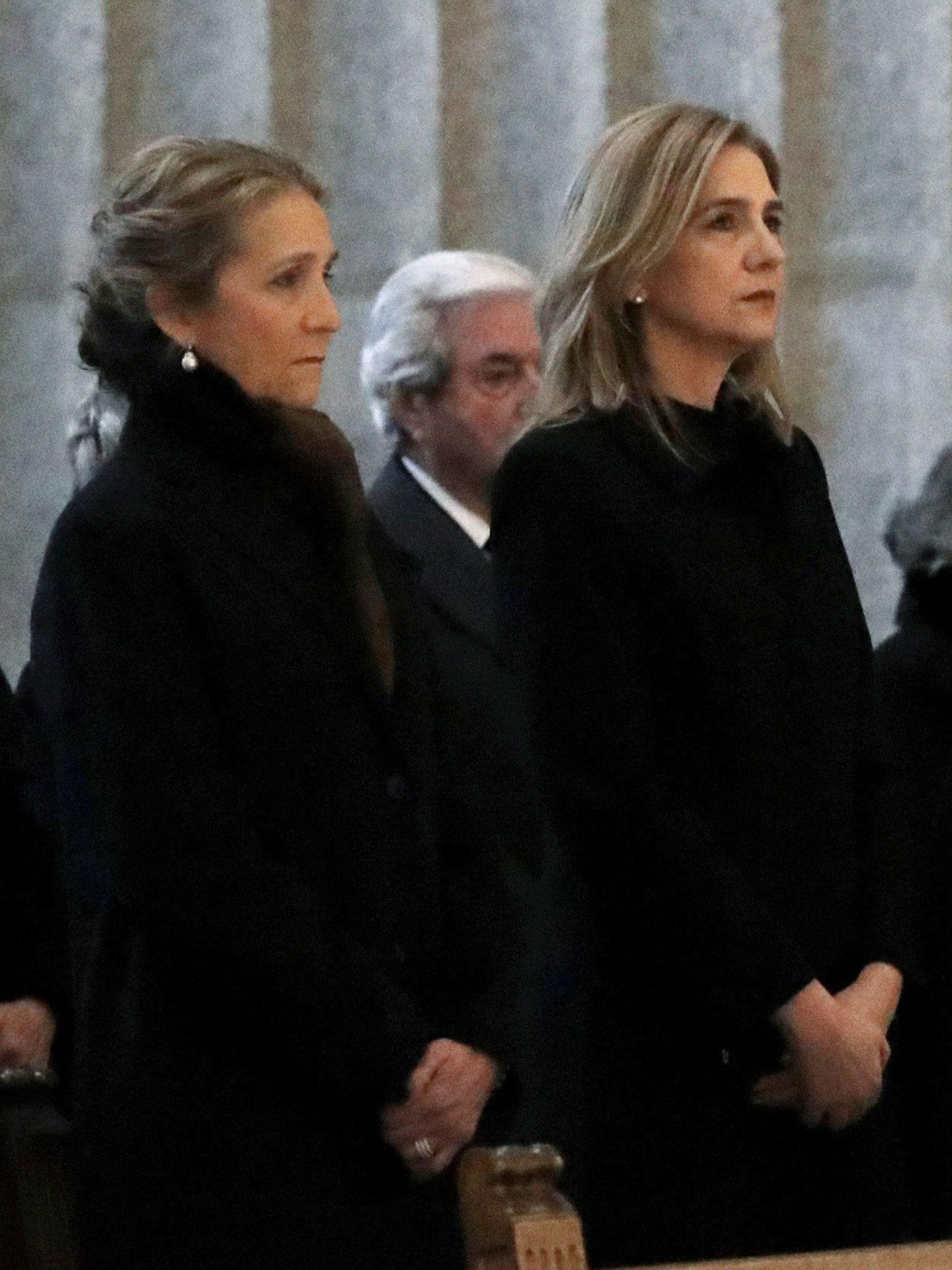 La infanta Cristina y la infanta Elena, durante la misa por don Juan de Borbón en el 25 aniversario de su muerte. (EFE)