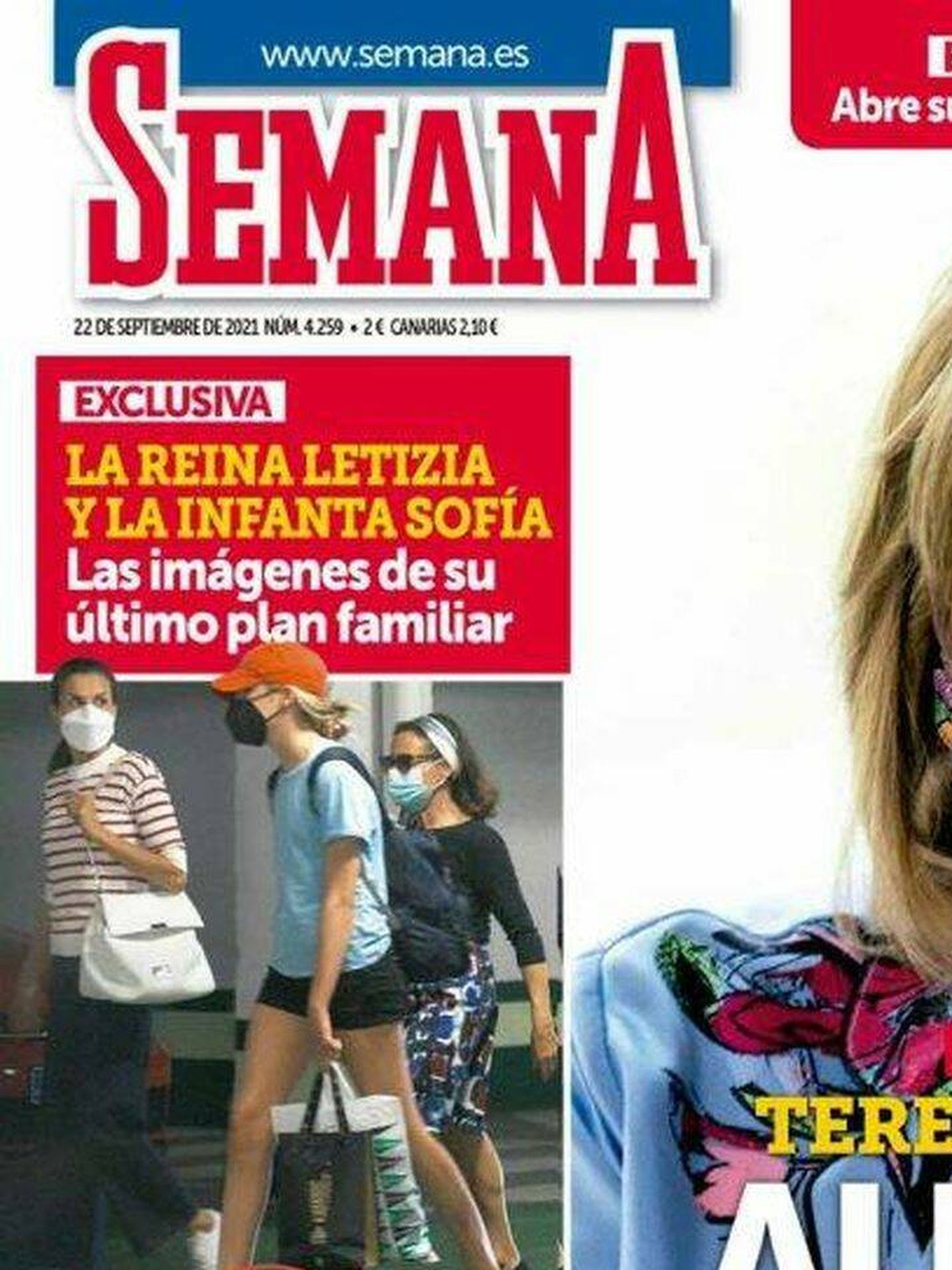 La Reina, con el bolso de Carolina Herrera en la portada de 'Semana'.