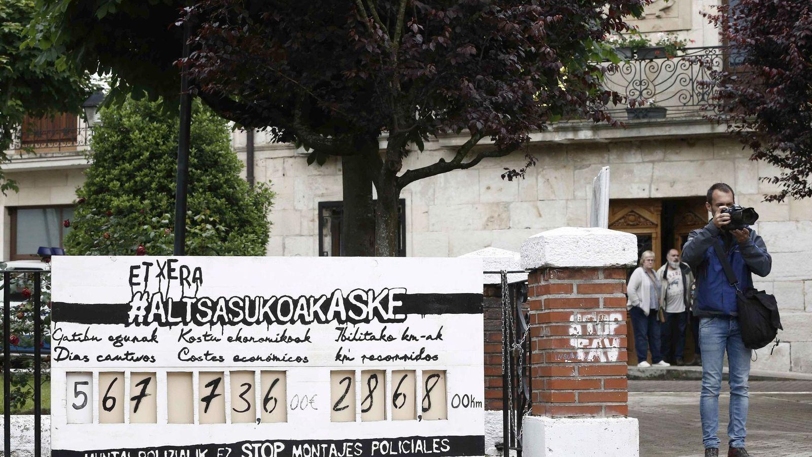 Foto: Un panel colocado junto al Ayuntamiento de Alsasua recuerda los días que llevan en la cárcel algunos de los juzgados. (EFE)