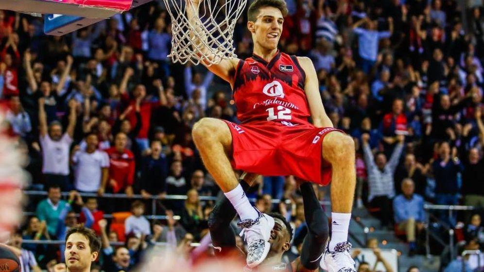 Foto: Carlos Alocén se cuelga del aro tras un mate en un partido de ACB. (@carlosalocen)
