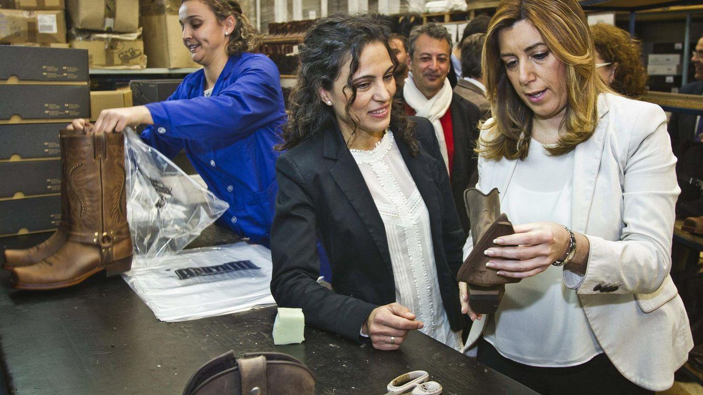 Foto: La presidenta de la Junta de Andalucía, Susana Díaz, durante su visita a una fábrica de calzado. (EFE)