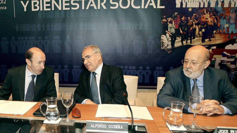 Tezanos, a la derecha, en un acto junto a Guerra y Rubalcaba. (EFE)