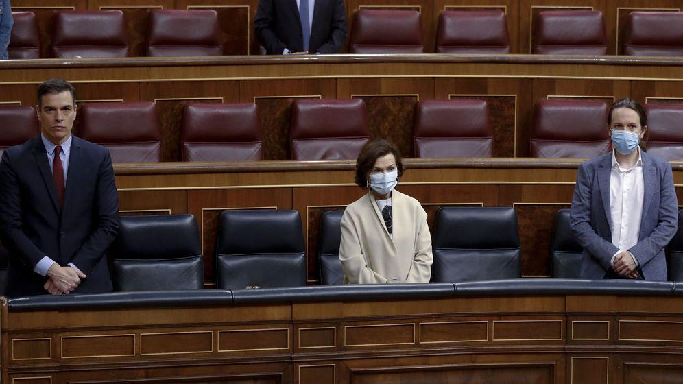 Foto: El presidente del Gobierno, Pedro Sánchez, y los vicepresidentes primera, Carmen Calvo, y segundo, Pablo Iglesias, durante el minuto de silencio en el pleno del Congreso este miércoles. (EFE)