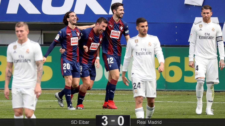 Foto: Los jugadores del Eibar celebran el 3-0 mientras los del Real Madrid se lamentan. (EFE)