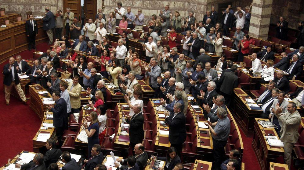 Foto: El Parlamento griego aplaude la intervención de Tsipras. (EFE)