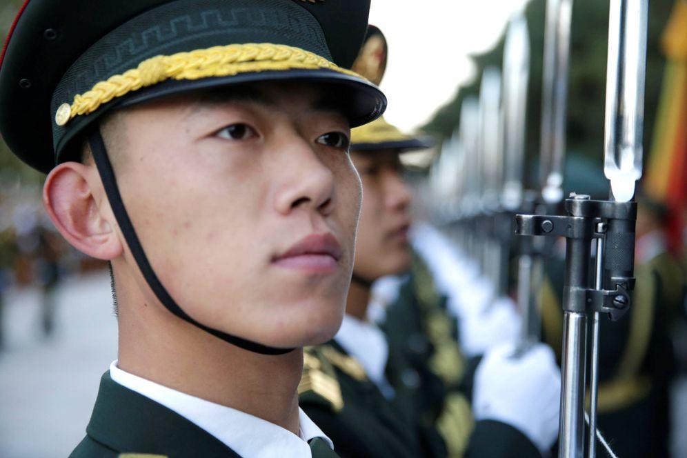 Foto: La guardia de honor ensaya una ceremonia de bienvenida al presidente Ismail Guelleh en Pekín. (Reuters)
