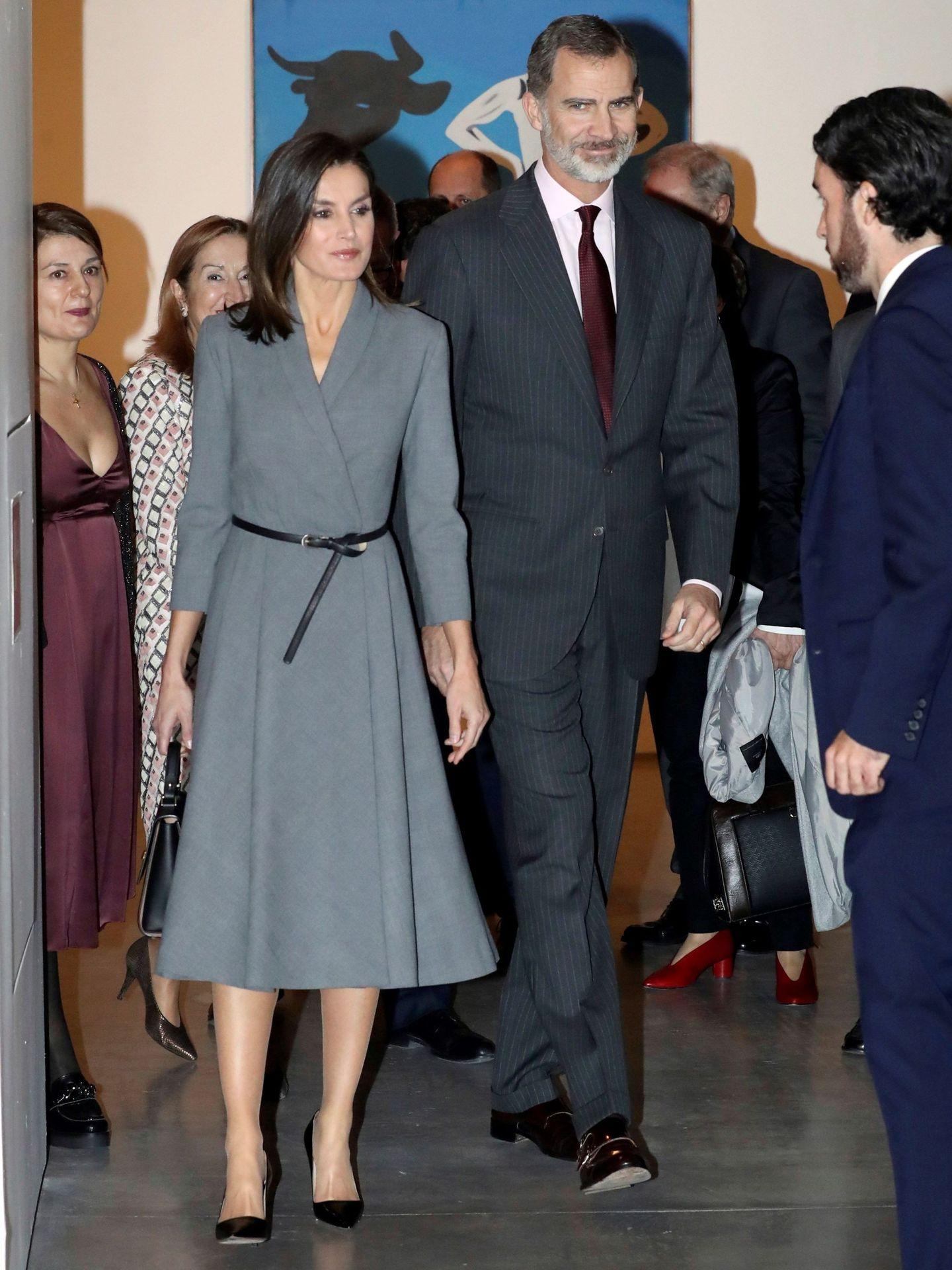 La Reina con el vestido gris el día que lo estrenó. (Efe)