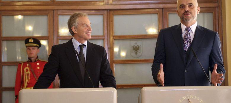 Foto: El ex primer ministro británico Tony Blair (izda) y el primer ministro albano, Edi Rama (EFE)