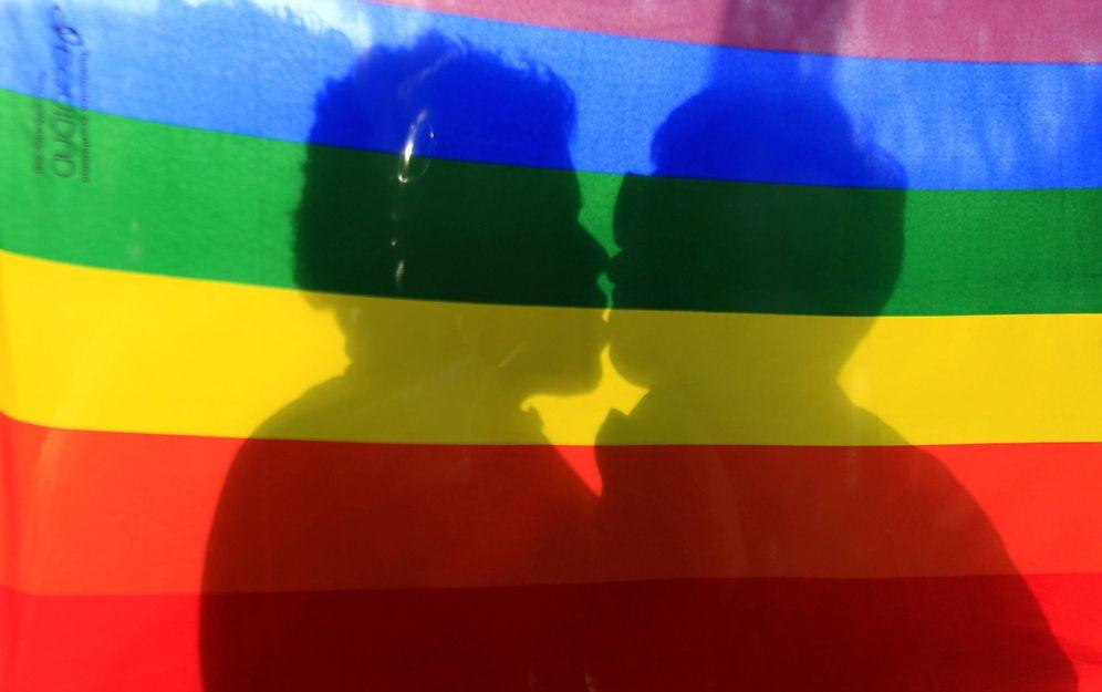 Foto: Una pareja de la comunidad de Gays, Lesbianas, Bisexuales y Transexuales (GLBT), se besa. (EFE)