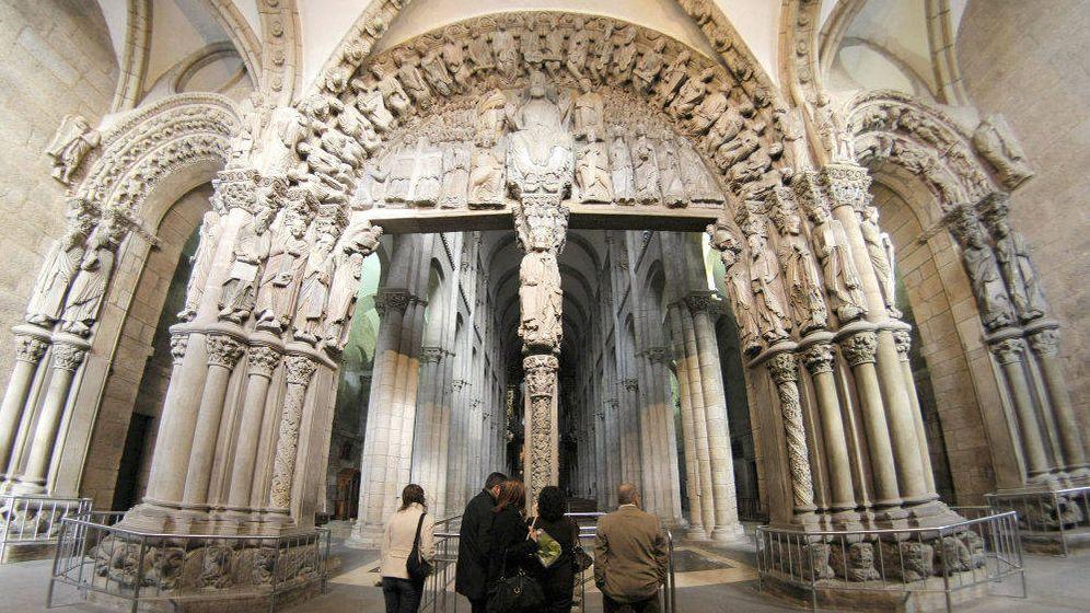 Foto: Visitantes en la Catedral de Santiago de Compostela, frente al Pórtico da Gloria. (EFE)