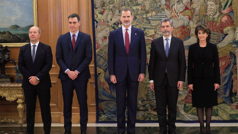 Dolores Delgado (d) posa tras jurar su cargo con el rey Felipe VI (c), el presidente del Gobierno, Pedro Sánchez (2i), el ministro de Justicia, Juan Carlos Campo (i) y el presidente del Tribunal Supremo, Carlos Lesmes (2d). (EFE)