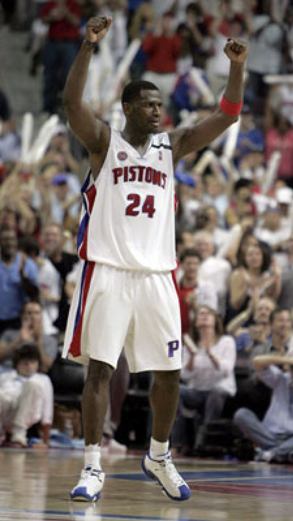 Foto: McDyess decidió el triunfo que dio el empate de la serie a los Pistons