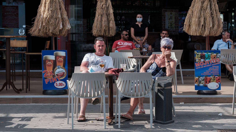 Dos turistas, en una terraza de Benidorm. (S. B.)