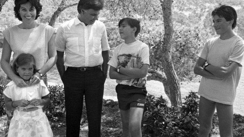 Carmen Romero y Felipe González, con sus hijos. (EFE)