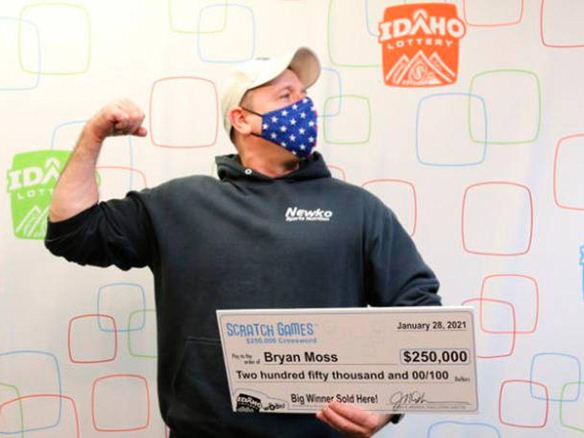 Foto: Bryan, en el momento de recoger su cheque con el dinero del premio (Idaho Lottery)
