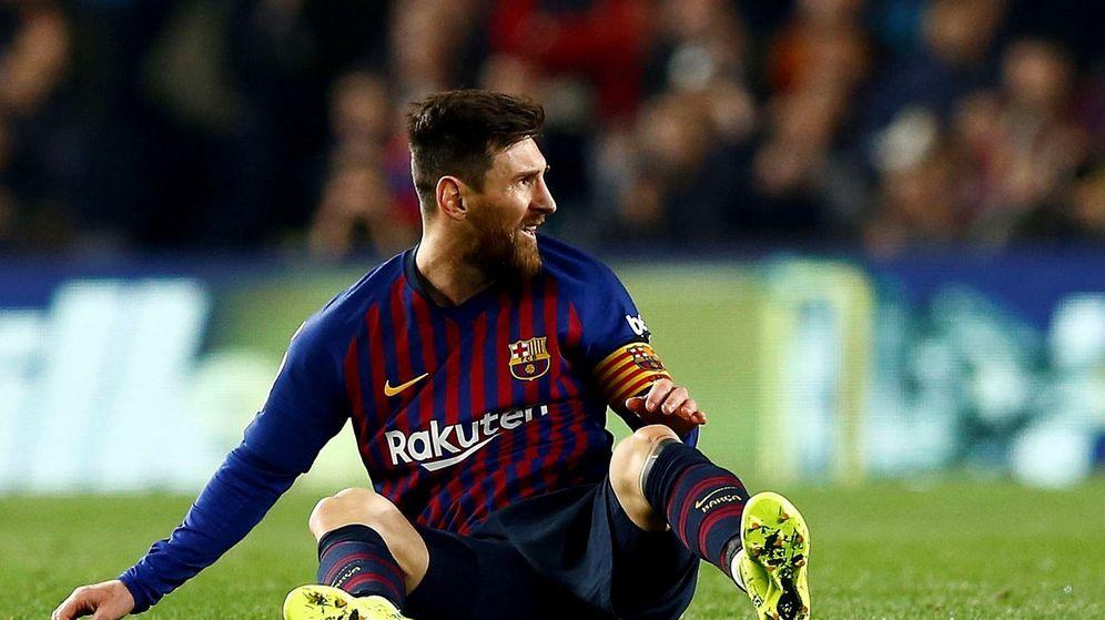Foto: Messi se duele en el partido contra el Madrid. (EFE)