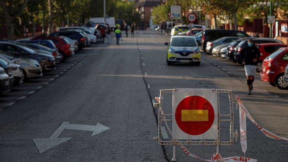 Foto: Una señal de prohibido el paso colocada junto a una patrulla de la Policía local en Alcobendas. (EFE)