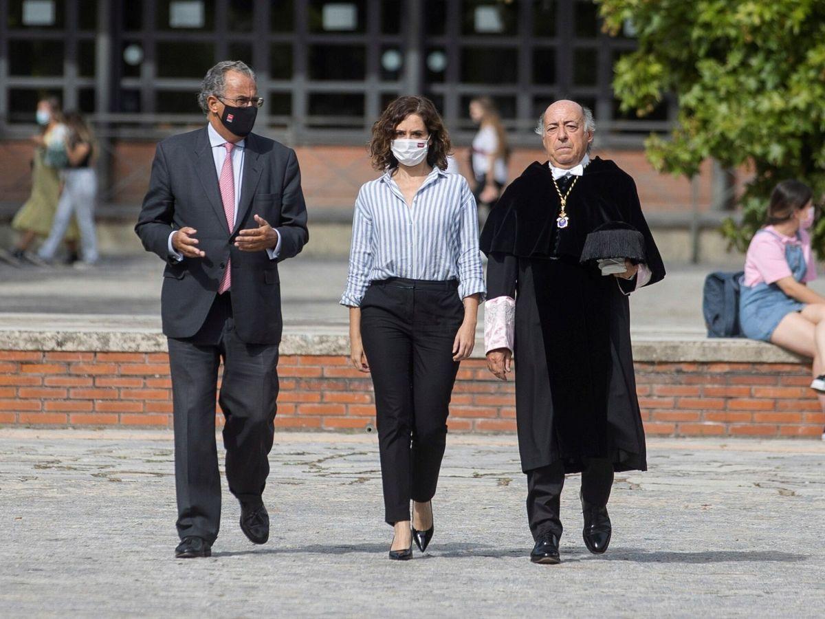 Foto: Isabel Díaz Ayuso, junto al rector de la Carlos III, Juan Romo (d), y el consejero Enrique Ossorio. (EFE)