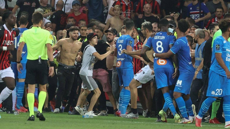 Imagen de los Ultras invadiendo el campo en Niza