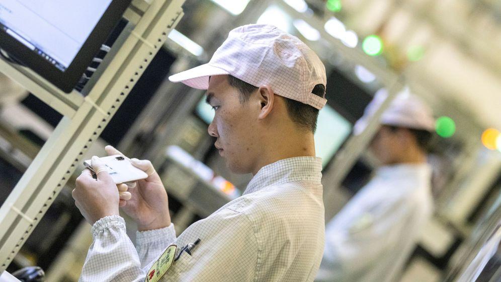 Foto: Un empleado en una fábrica de Huawei en Dongguan, China. (EFE)