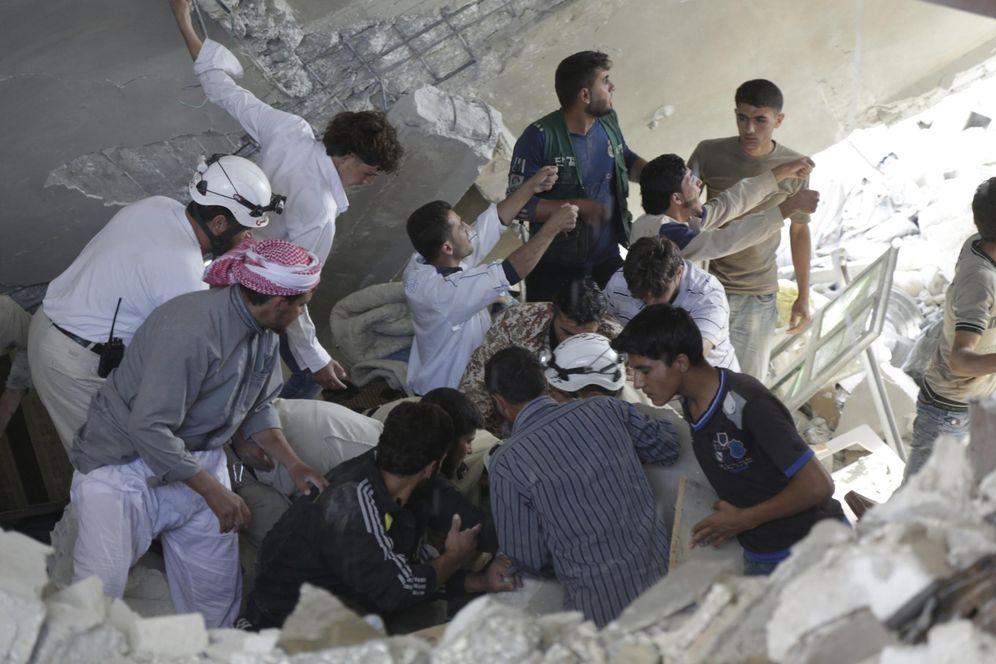 Foto: Miembros de la Defensa Civil buscan supervivientes tras una ataque aéreo ruso en Maasran, al sur de Idlib, Siria, el 7 de octubre de 2015 (Reuters).