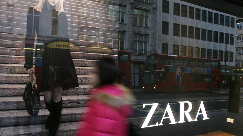 Una mujer pasa delante de un escaparate de Zara en Oxford Street, Londres. (Reuters)
