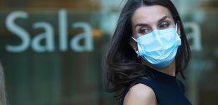Post de Falda dorada de Massimo Dutti y alpargatas: el perfecto look de Letizia para ir al teatro