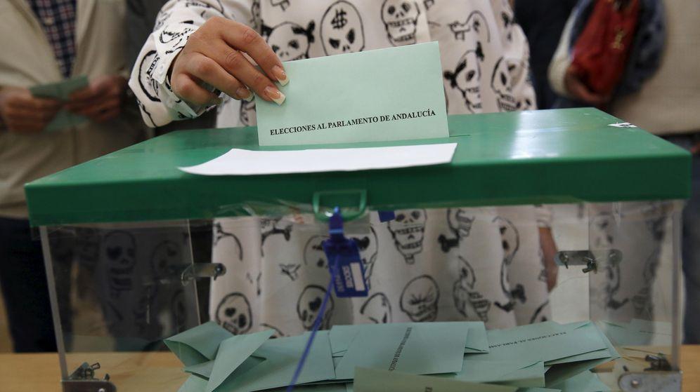 Foto: Una joven introduce su papeleta en las pasadas elecciones andaluzas (Reuters)