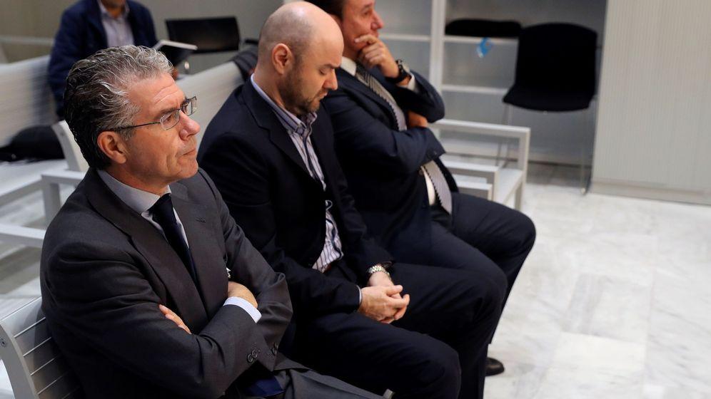 Foto: Granados, Talamino y Caro Vinagre en el banquillo de la Audiencia Nacional. (EFE)