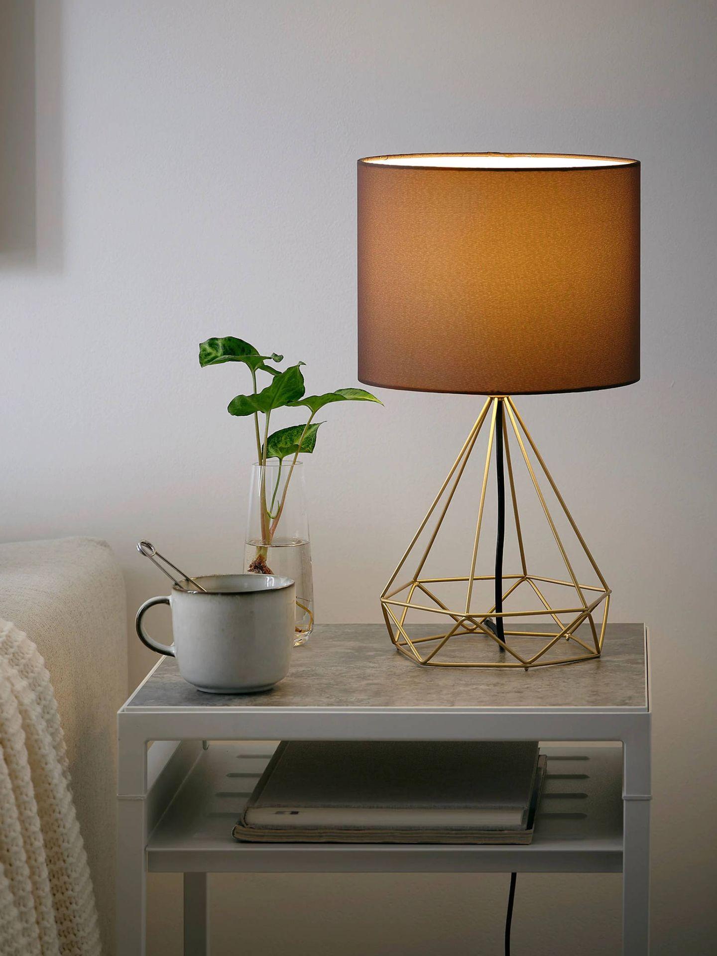 Lámparas estilosas y por menos de 20 euros como esta de Ikea. (Cortesía)
