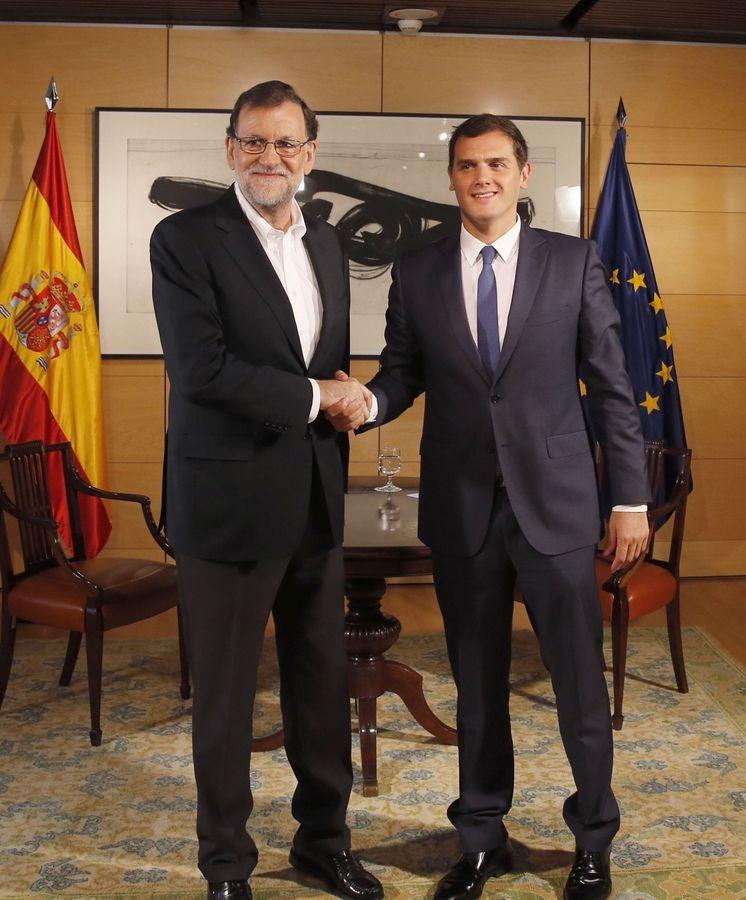 Foto: El presidente del Gobierno en funciones y del PP, Mariano Rajoy,, saluda al líder de Ciudadanos, Albert Rivera. (Efe)