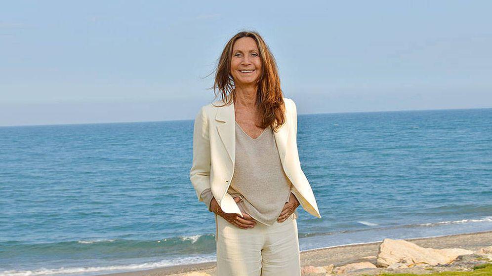Foto:  Nuria Amat, posando junto al mar. (Manuel Fernández)